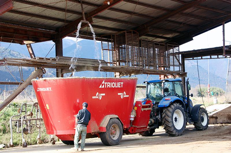 箸荷牧場にある巨大なTMR用ミキサー