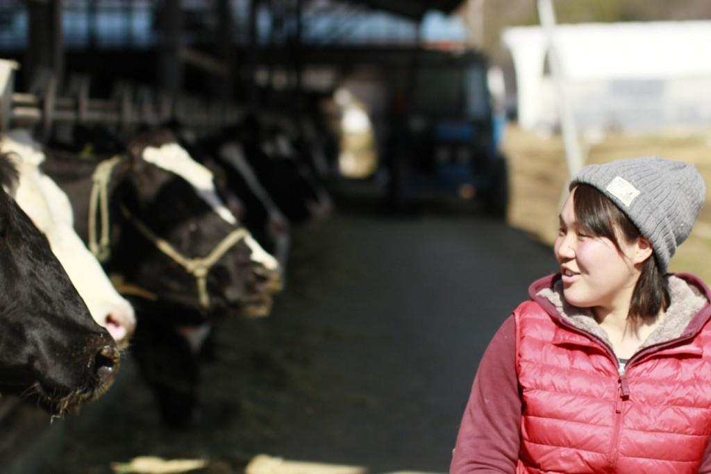木目澤牧場の初実さんと牛たち
