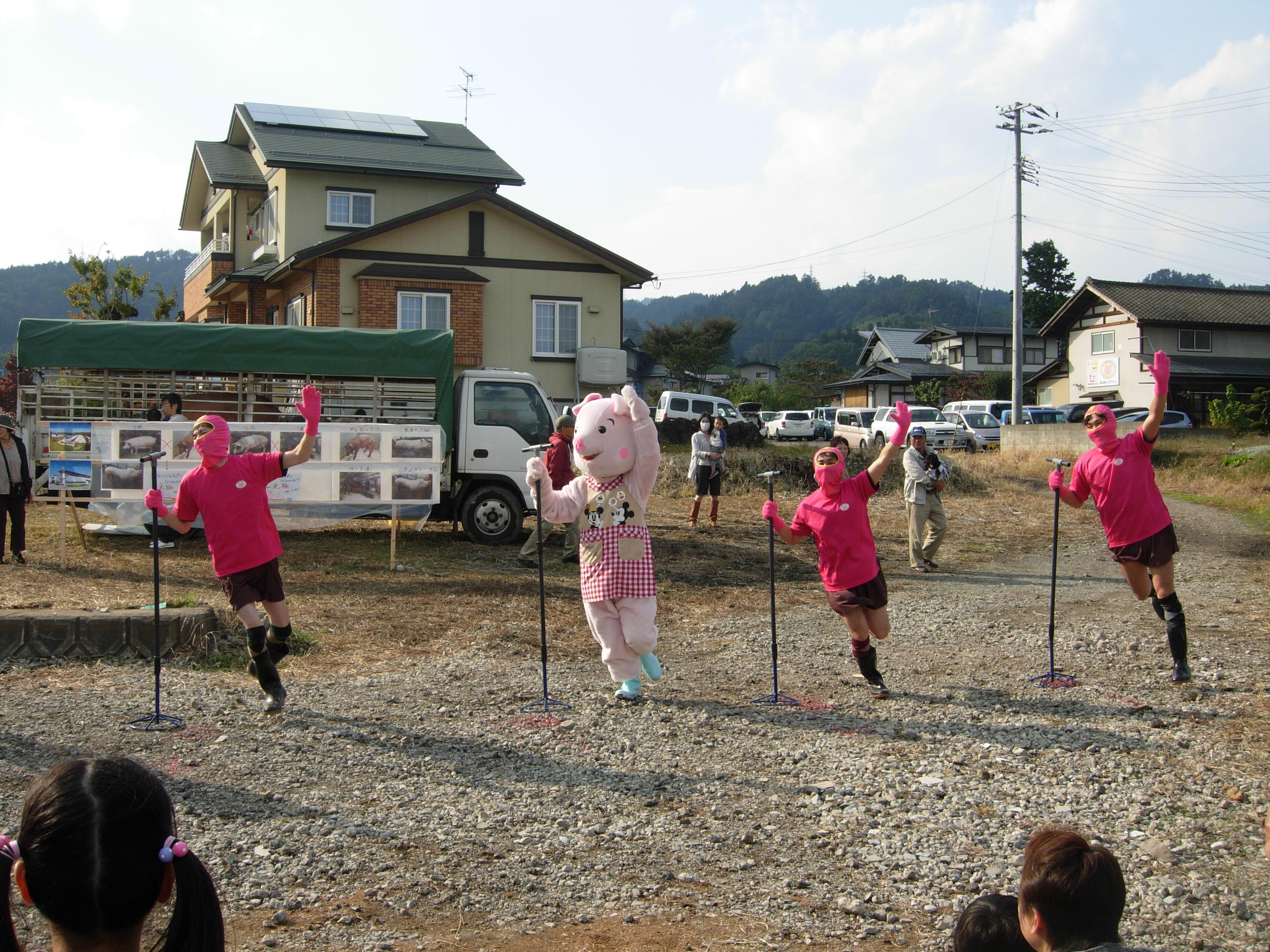 舞米豚キャラクター「舞ちゃん」とダンス