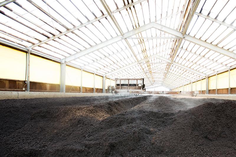 長いレーン状の機器を備えた堆肥舎内部