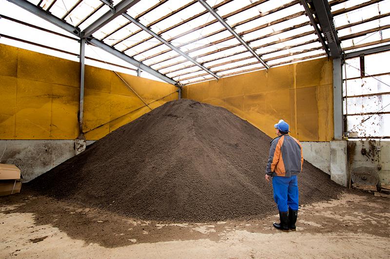 山積みされた完熟堆肥