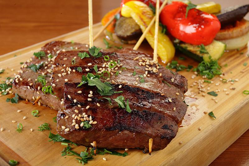 盛り付けられた夏野菜と肉