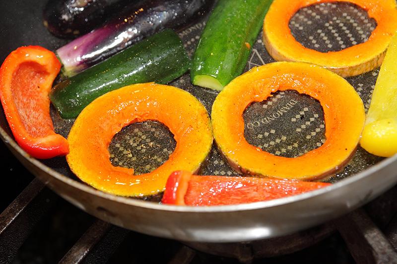 夏野菜をフライパンで焼いてる様子
