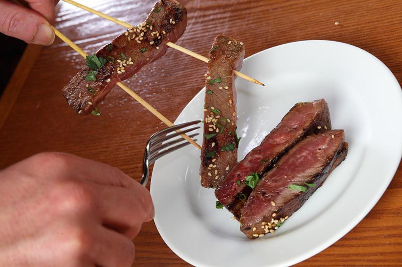 皿に盛り付けている肉