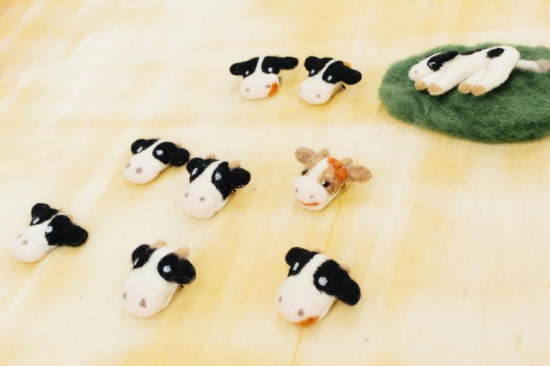 完成した羊毛フェルトの牛ブローチ