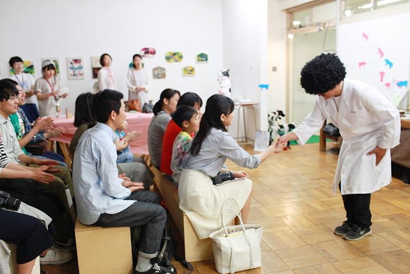 観客と握手している須藤さん