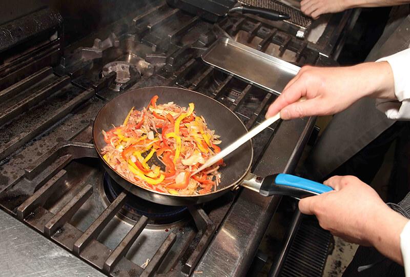 フライパンで材料を炒める