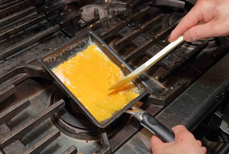 フライパンで卵黄を固く焼く