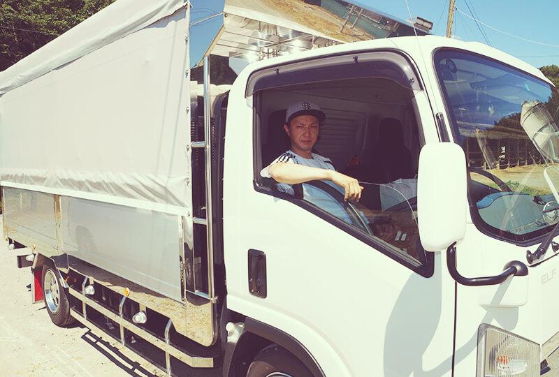 トラックに乗った川村ファームの川村大樹さん