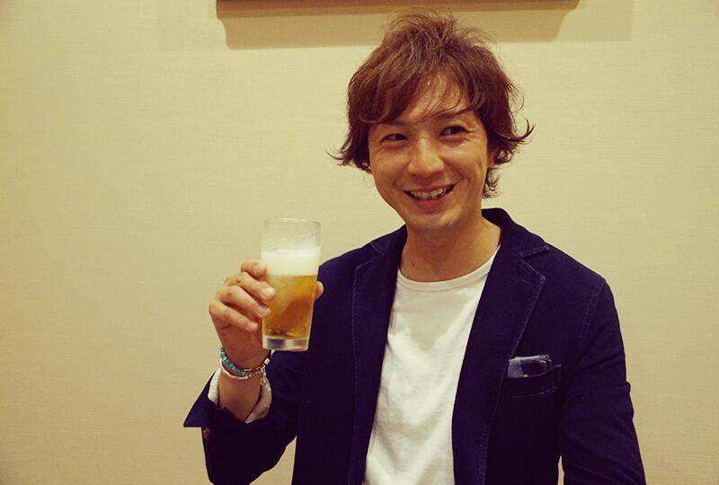 ビールを持つ川村ファームの川村さん