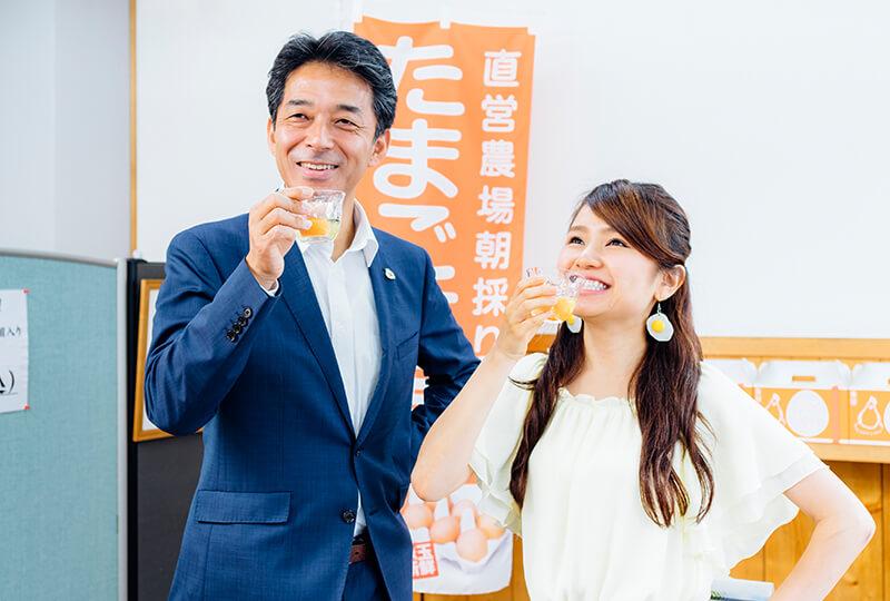 生卵を飲む友加里さんと松本さん