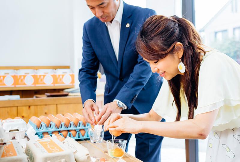 たまごを割る松本さんと友加里さん