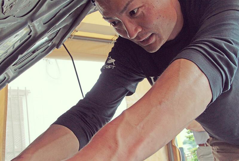 車をいじる加藤さん
