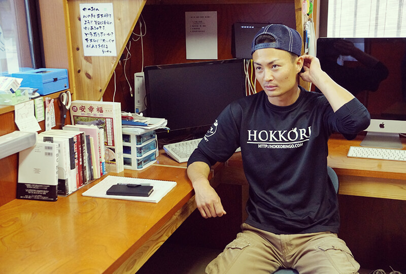自宅兼・事務所にいる加藤さん