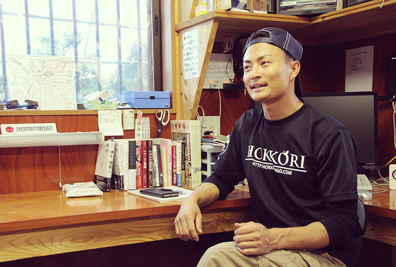 事務所にいる加藤さん