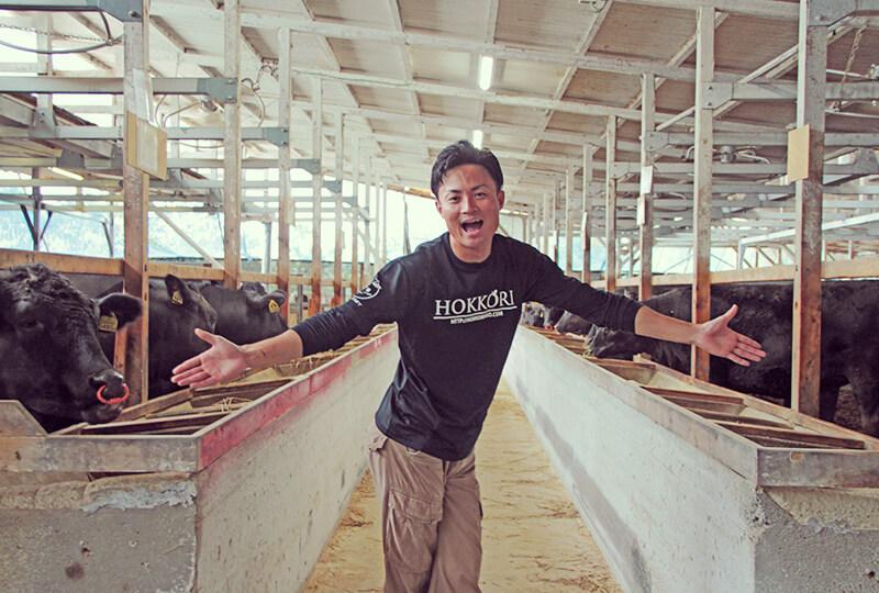 牛舎にいる加藤さん