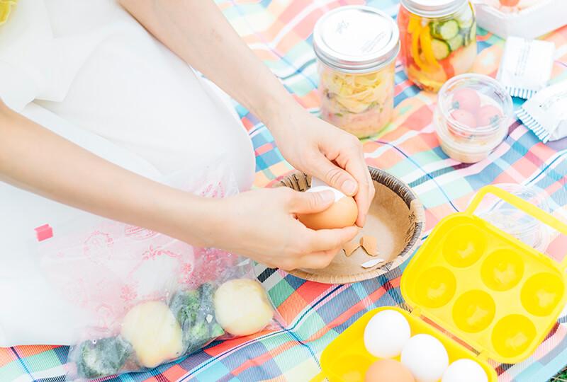 ゆで卵の殻をむく様子