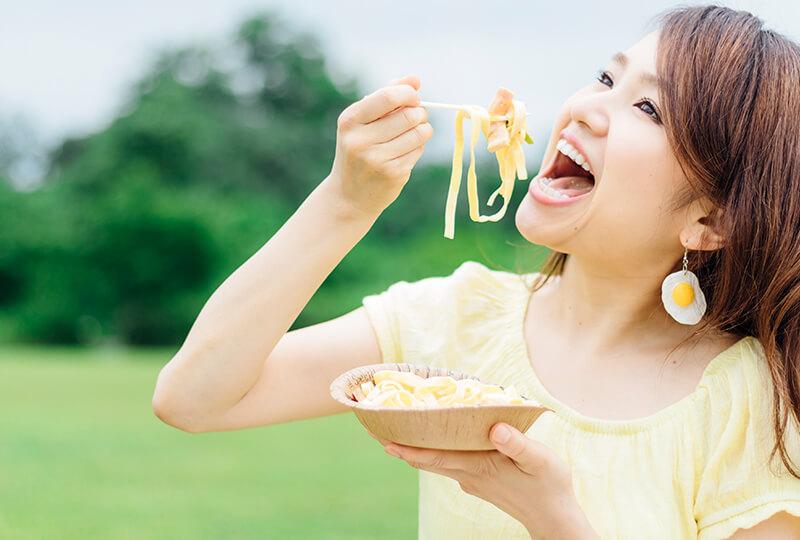 カルボナーラを美味しそうに食べる