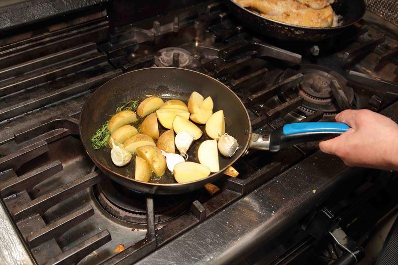 ジャガイモやニンニクを炒める