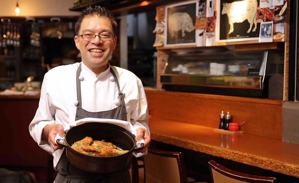 鶏肉のパン粉焼きマスタード風味を持った神谷シェフ