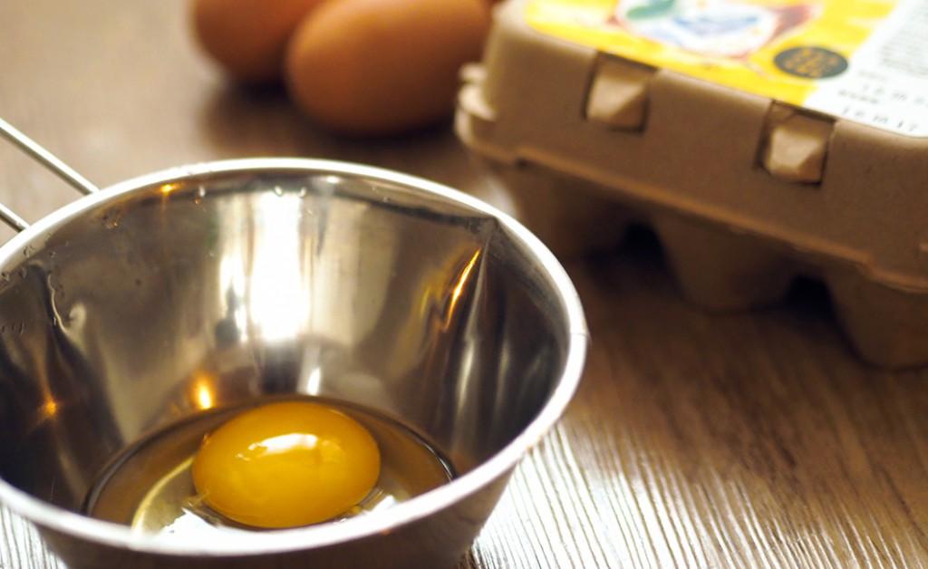 ボールに入った割った卵