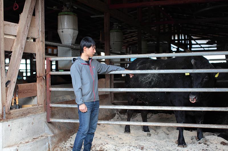 牛と畑端俊樹さん