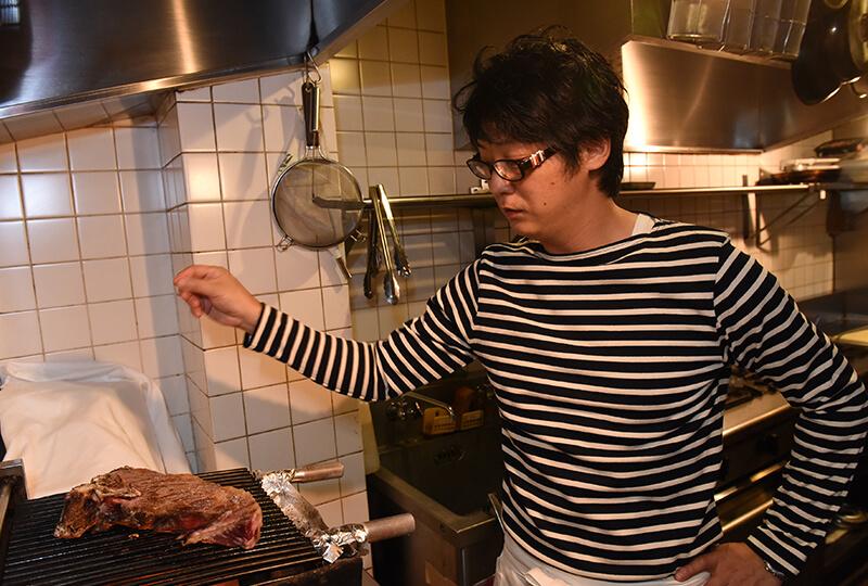 短角和牛を調理するCARNEYAの高山さん