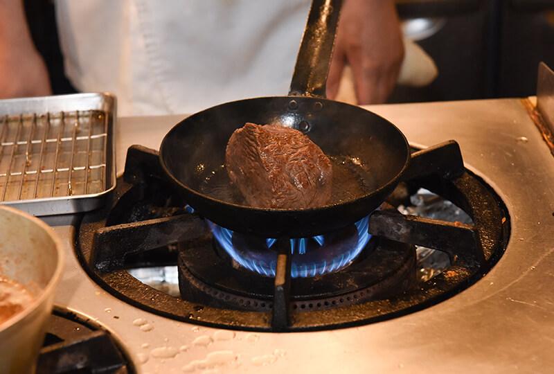 フライパンで焼き目をつける秋川牛