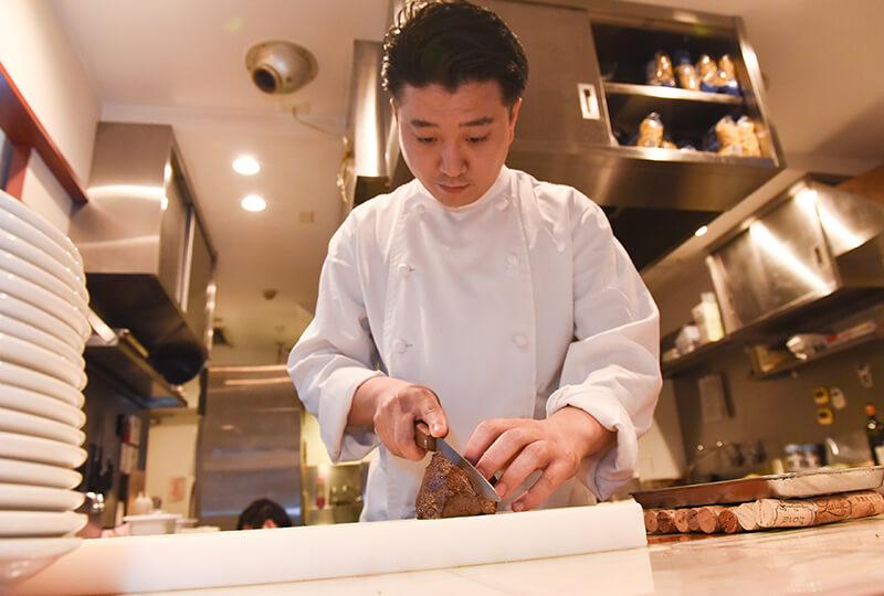 秋川牛を調理中のシェフ