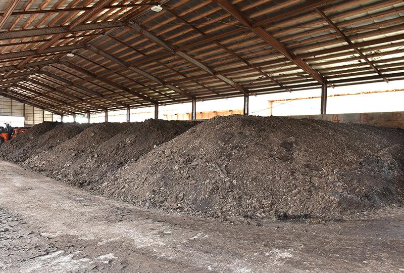 倉持産業の鶏舎から回収した鶏糞