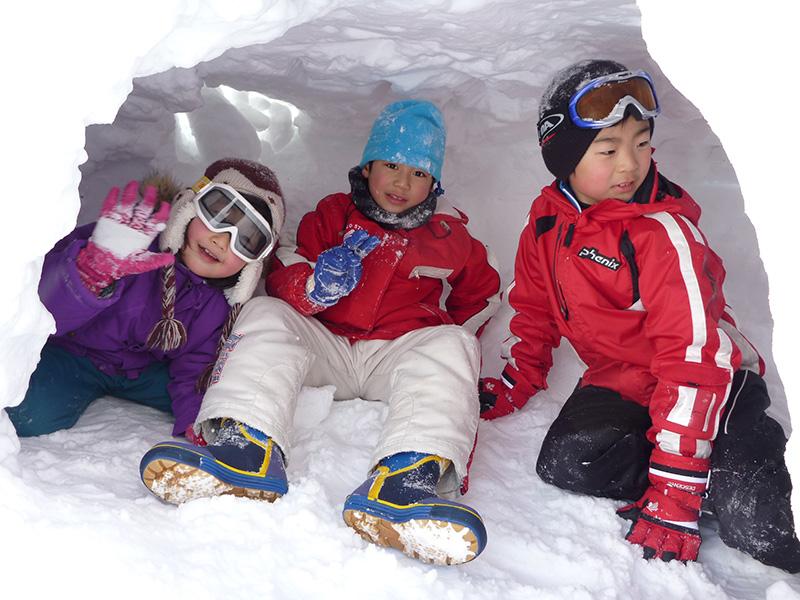 雪遊びする子ども