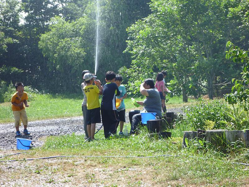 水遊びしている子どもたち