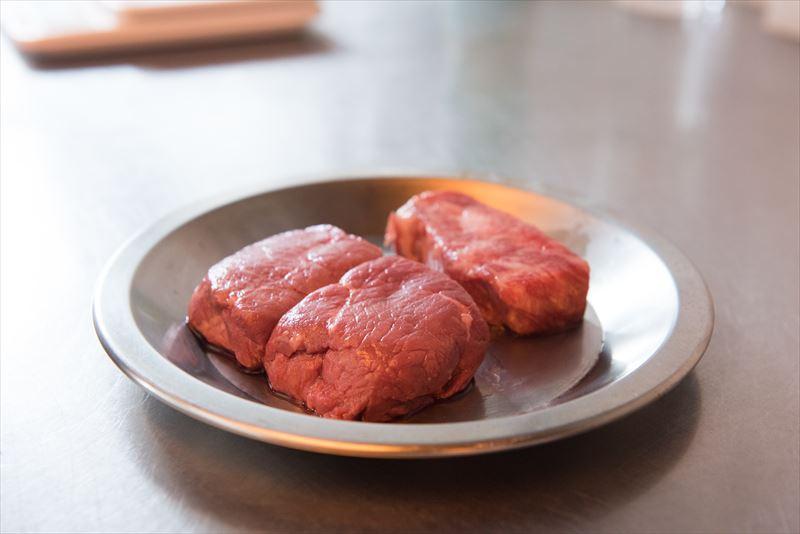 お皿にのっている広島牛