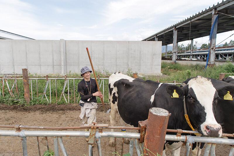 藤井牧場のスタッフと牛