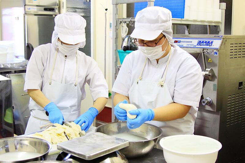 チーズを作っている藤井牧場のスタッフ