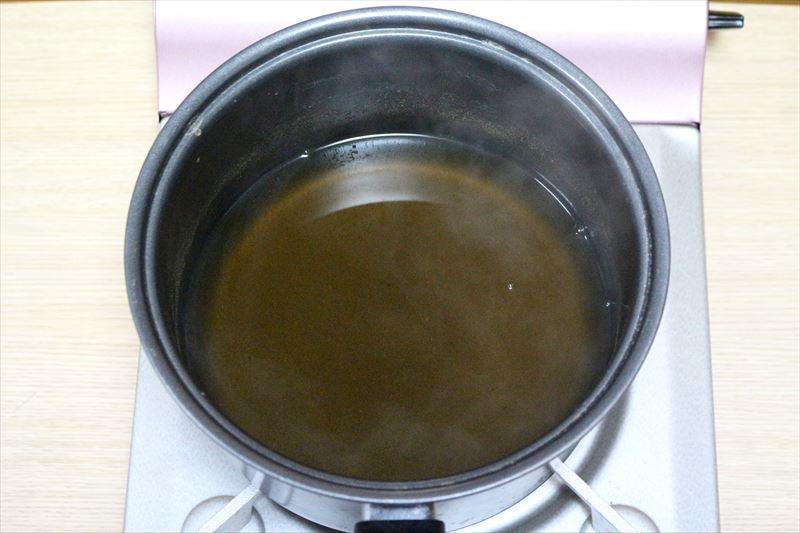 たまご以外の材料を入れた鍋