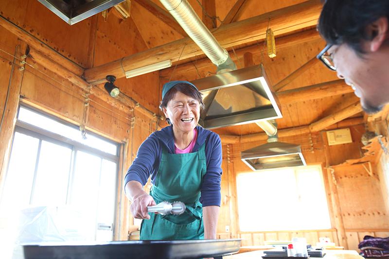 短角牛を焼く秀子さん