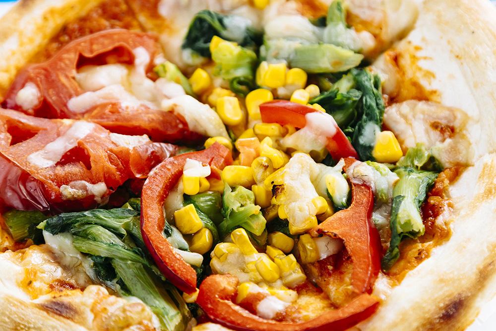 野菜をたっぷり使ったピザ