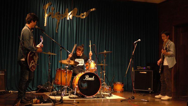 バンド演奏する3人