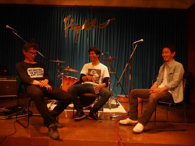 演奏後談笑する3人