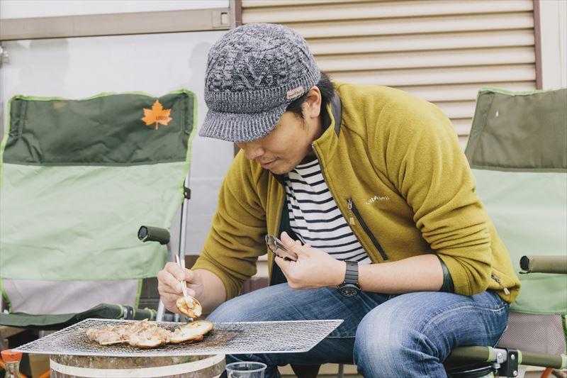 BBQをする丸山純さん