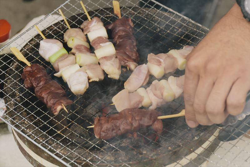 BBQを楽しむ丸山純さん