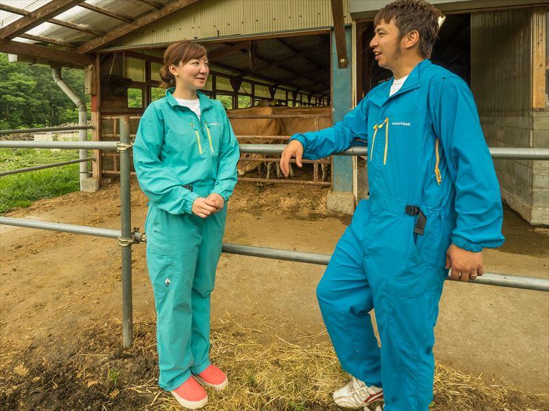 ファームつばさの牛舎とご夫妻