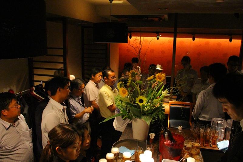 乾杯を前に挨拶する、菅田さん