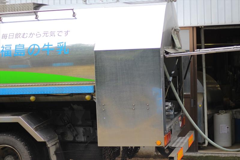 ミルキングパーラーで搾乳したミルクは、この集乳車で出荷