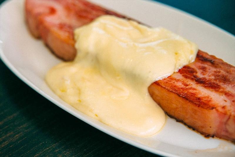 ベーコンのラクレットチーズがけ